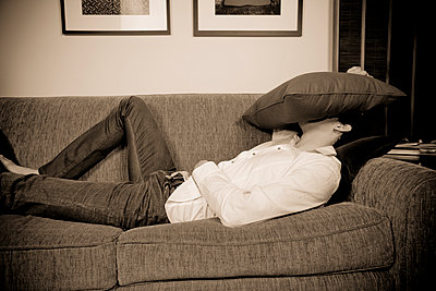 Mixed race man laying on sofa - p555m1305868 by Jed Share/Kaoru Share