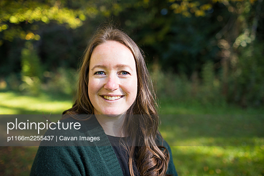 Outdoor portrait of a woman in her mid-thirties. - p1166m2255437 by Cavan Images