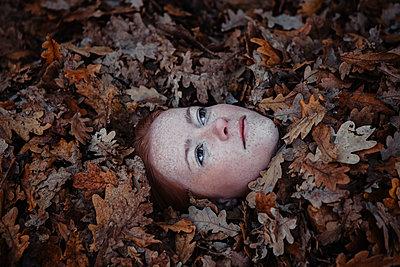 Frauenkopf im Herbstlaub - p045m2044013 von Jasmin Sander