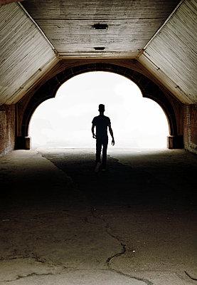 Silhouette eines Mannes in einem Tunnel - p1248m1467659 von miguel sobreira