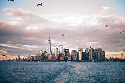 Skyline of New York City seen from Staten Island Ferry, USA - p300m2144607 von Oscar Carrascosa Martinez