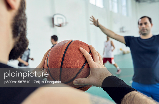 Man with basketball, indoor - p300m1587510 by Zeljko Dangubic