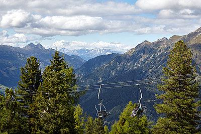 Sessellift in Berglandschaft - p117m1129050 von Katja Nitsche