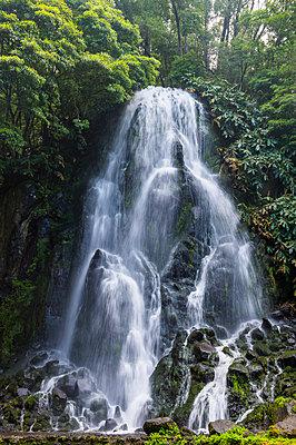 Portugal, Azores, Sao Miguel, Achada waterfall in Achada - p300m2070776 von Michael Runkel
