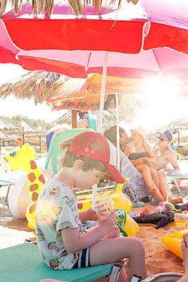 Familie am Strand - p454m2037698 von Lubitz + Dorner