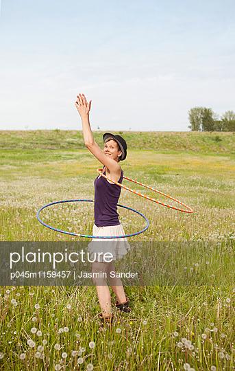 Hule-Hoop-Tanz - p045m1159457 von Jasmin Sander