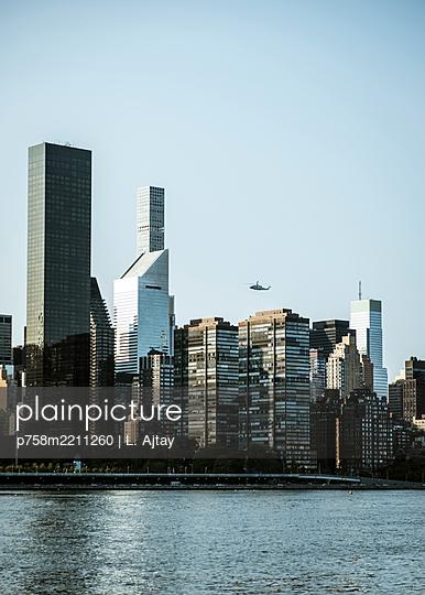 Manhattan Skyline - p758m2211260 von L. Ajtay