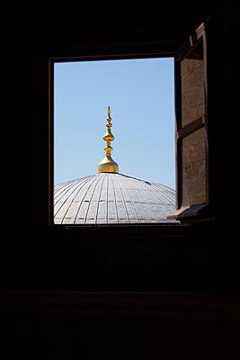 Orientalischen Turm durch geöffnetes Fenster sehen - p045m1486593 von Jasmin Sander