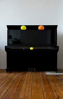 Klavier mit drei Ballons - p1212m1134088 von harry + lidy