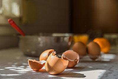 Close-up of broken eggshells - p300m2188024 by Aitor Carrera Porté