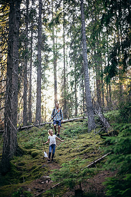 Smiling daughter and father walking in forest - p426m2213239 by Maskot