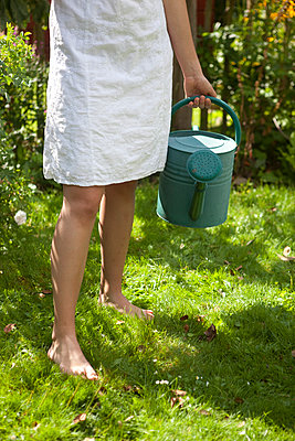 Barfuß im Garten - p505m924415 von Iris Wolf