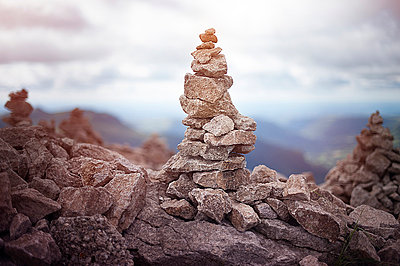 Single stone cairn - p1007m854289 by Tilby Vattard