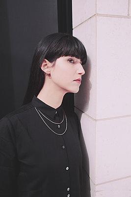 Frau in schwarzem Hemd - p1429m2008088 von Eva-Marlene Etzel