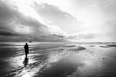 France, Bretagne, Finistere, Crozon peninsula, woman walking on the beach - p300m1120443f by Uwe Umstätter