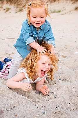 Geschwister am Strand - p796m1558681 von Andrea Gottowik