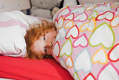 Im Bett liegen - p904m1481096 von Stefanie Päffgen