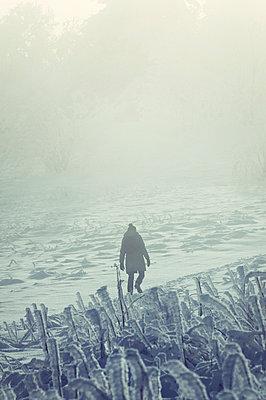 Frau im Schnee - p992m1045248 von Carmen Spitznagel