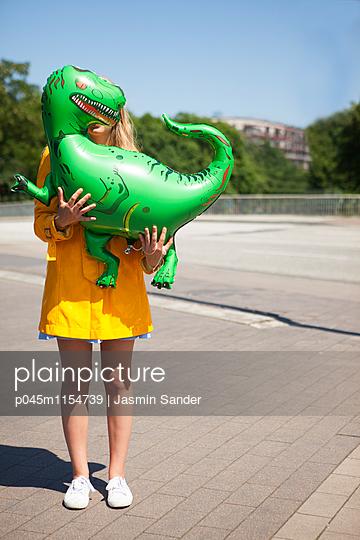 mit Dino rumstehen - p045m1154739 von Jasmin Sander