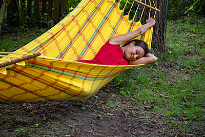 Woman relaxing in a hammock - p294m2211856 by Paolo