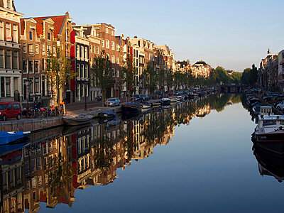 Facades reflected in the canal in Amsterdam - p813m948607 by B.Jaubert