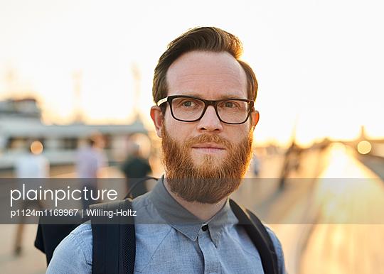 Mann mit Brille und Bart - p1124m1169967 von Willing-Holtz