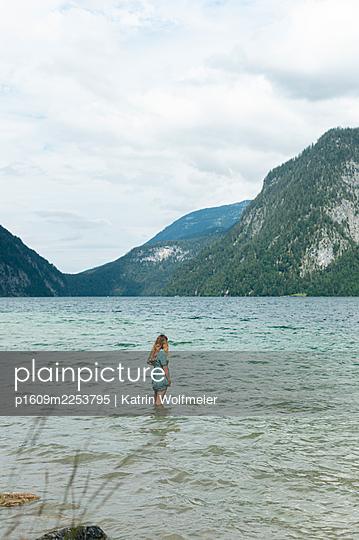 Germany, Bayern, Königsee, Girl in the lake - p1609m2253795 by Katrin Wolfmeier
