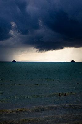 Dunkle Wolken über dem Meer - p1032m1220657 von Fuercho