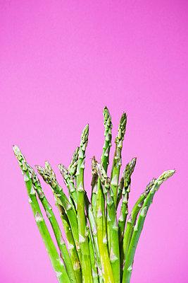 Green asparagus - p1149m2093472 by Yvonne Röder