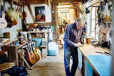 Gitarrenbauer arbeitet in seiner Werkstatt - p1359m1221838 von Great Images