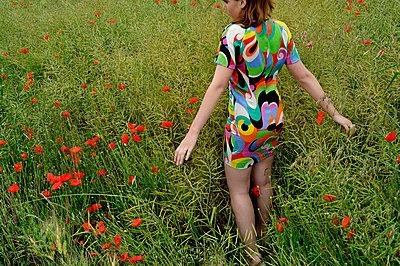 Frau in einem Feld - p567m1469211 von Ernesto Timor