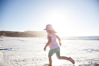 Mädchen am Strand von San Francisco - p712m1466310 von Jana Kay