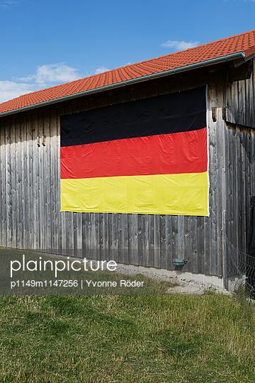 Schwarz-Rot-Gold an der Scheune - p1149m1147256 von Yvonne Röder