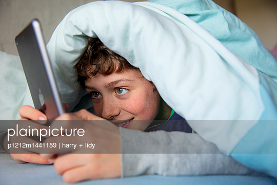 Junge im Bett - p1212m1441159 von harry + lidy