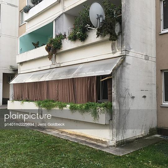Decayed residential building, Dr.-Adolf-Schärf-Hof, Vienna - p1401m2229894 by Jens Goldbeck