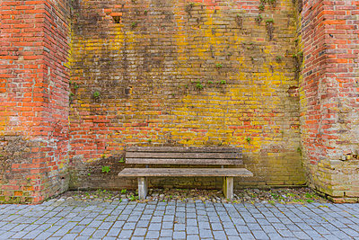 Germany, Bavaria, Memmingen, wooden bench and city wall - p300m1580791 by Walter G. Allgöwer