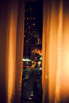 Blick aus dem Fenster in der Nacht - p432m1181439 von mia takahara
