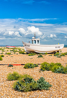 Fishing boats on Dungeness shingle beach, Kent, England - p651m2032892 by Nadia Isakova photography