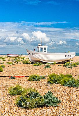 Fishing boats on Dungeness shingle beach, Kent, England - p651m2032892 by Nadia Isakova photography