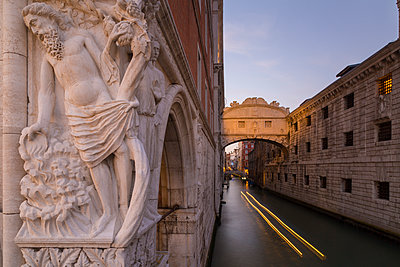 Doge's Palace, Bridge of Sighs and gondola, Piazza San Marco, Venice, UNESCO World Heritage Site, Veneto, Italy, Europe - p871m1206630 by Frank Fell