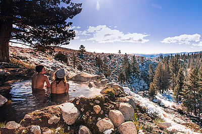Tourists relaxing in hot spring near Bridgeport, California, USA - p924m2018689 by Alex Eggermont