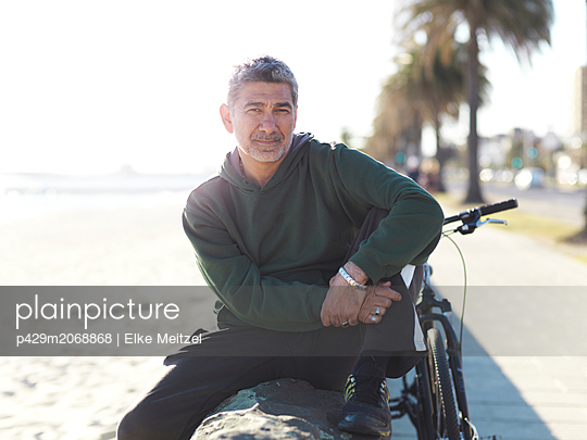 Man with bicycle enjoying sunny day, Melbourne, Victoria, Australia - p429m2068868 by Elke Meitzel