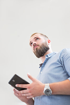 Geschäftsmann im Büro - p1325m1461545 von Antje Solveig