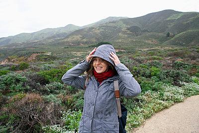 Frau im Regen - p1356m1214695 von Markus Rauchenwald