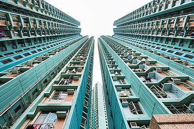 Mongkok apartment buildings, low angle view, Hong Kong, China - p429m1054162 by Henglein and Steets