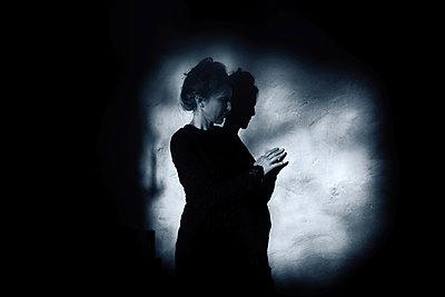 Woman in the dark - p945m2157540 by aurelia frey