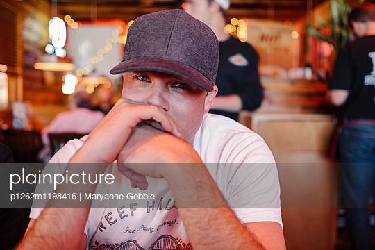 Mann in einer Bar - p1262m1198416 von Maryanne Gobble
