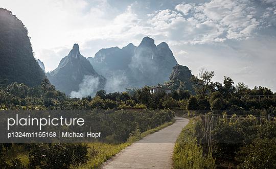 Landstraße in China - p1324m1165169 von michaelhopf