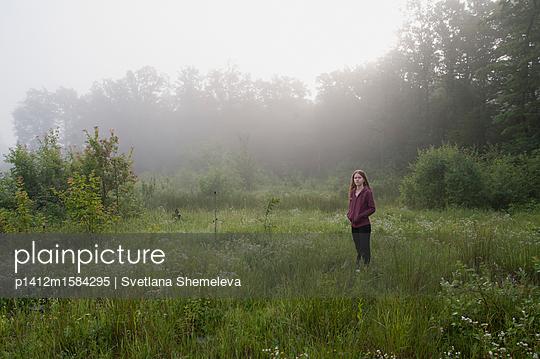 Weiblicher Teenager auf einer Wiese am frühen Morgen - p1412m1584295 von Svetlana Shemeleva