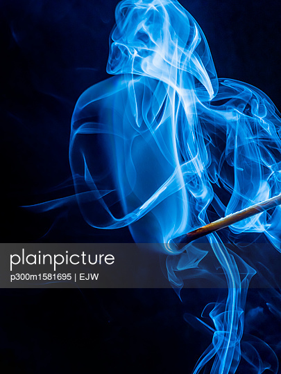 Smoke of blown out matchstick - p300m1581695 von EJW